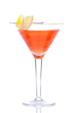 Red alcohol kosmopolitische cocktail versierd met citrus citroen in martini cocktails glas geà ¯ soleerd op een witte achtergrond