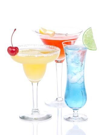 Margarita tropische cocktail, Long Island Iced thee, rode martini kosmopolitische cocktails, blauw Hawaiian alcohol, ijs, maraschino kersen, citroen, verse groene kalk op een witte achtergrond