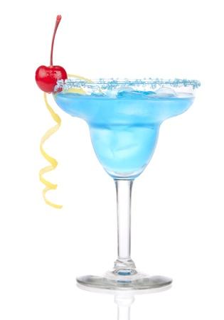 coctel margarita: Margarita Azul coctel con rojo cereza en sal refrigerada bordeado de vidrio con tequila, jarabe de naranja, tequila, espiral de limón, hielo triturado en vidrio de cócteles aislada sobre fondo blanco