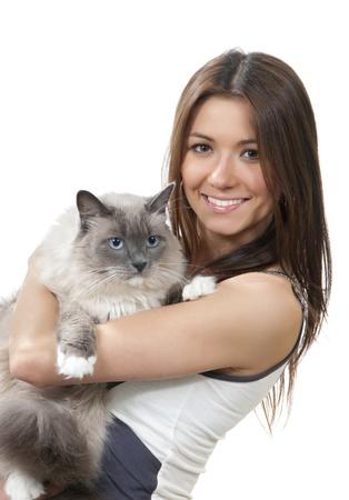 Jonge mooie vrouw houdt haar mooie Ragdoll kat met blue eye geïsoleerd op een witte achtergrond