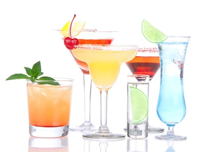 Cocktails alcohol drinkt sterke drank mojito, Mai Tai, margarita, martini, shot van wodka, Blue Hawaiian met citroen, limoen, kersen, munt in verschillende cocktailglazen op een witte achtergrond Stockfoto