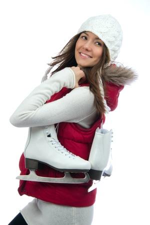 Mooie vrouw schaatsen wintersport activiteit in de witte dop lachende gezicht close-up geïsoleerd op een witte achtergrond