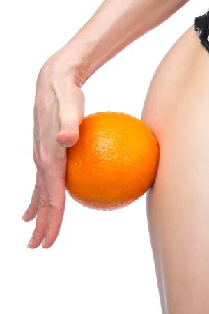 mujer celulitis: Cadera y naranja de la celulitis concepto de la mano liposucci�n de control de p�rdida de peso aislada contra el fondo blanco
