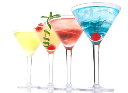 Populaire alcoholische cocktails samenstelling. Veel cocktails Blue Hawaiian, Mai Tai, tropische Martini, tequila sunrise, margarita kersen, limoen, citroen, stro op een witte achtergrond Stockfoto