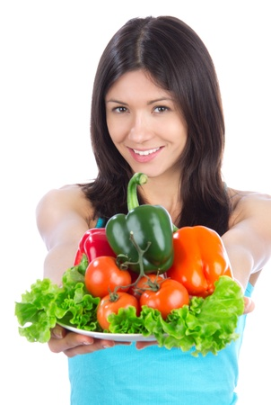 Jonge vrouw met plaat van verse gezonde vegetarische groenten salade, paprika's, tomaten geà ¯ soleerd op een witte achtergrond