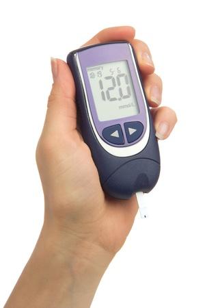 Diabetes doet een glucose-niveau vinger bloedonderzoek met behulp van glucometer geïsoleerd op een witte achtergrond