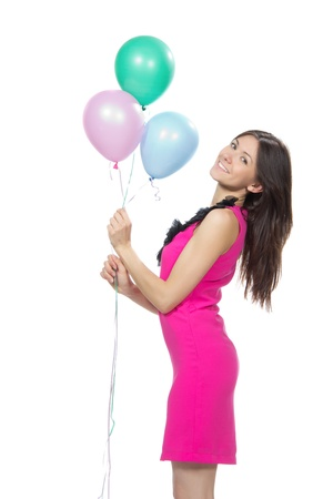 Jong gelukkig meisje met kleurrijke ballonnen als cadeau voor verjaardag lacht en kijkt naar de hoek op een witte achtergrond