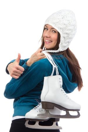 Jonge vrouw vrouw met schaatsen in de winter schaatsen sport activiteit in witte hoed glimlachend ang duim omhoog geïsoleerd op een witte achtergrond