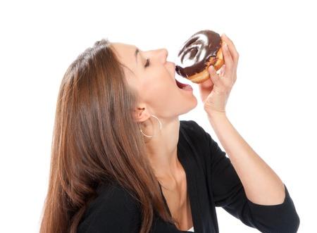 Vrouw genieten van donut. Ongezonde junk food concept geïsoleerd op een witte achtergrond