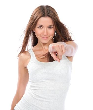 Jonge mooie vrouw wijzende vinger op u, op zoek en vrolijk lachend geà ¯ soleerd op een witte achtergrond