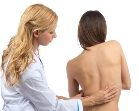 osteoporosis: La investigación del doctor paciente espina dolor de espalda escoliosis deformidad aislada en un fondo blanco