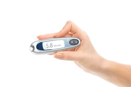 Diabetes samenstelling glucometer in de hand voor het meten van glucose niveau bloedtest geïsoleerd op een witte achtergrond