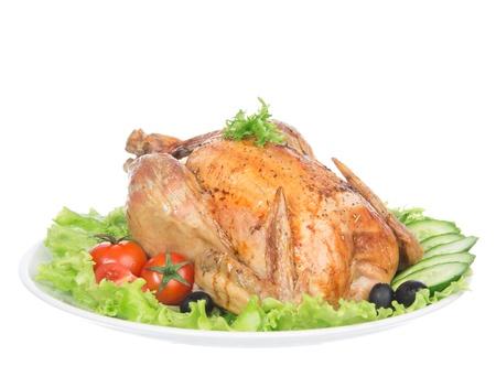 皿に添えてロースト感謝祭チキン サラダ、オリーブ、トマト、きゅうり、白い背景で隔離で飾られました。