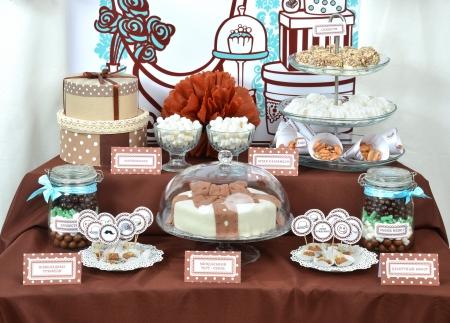 집에서 만든 공상 과자 사탕, 생일 파티 선물로 케이크, 마시맬로, 퍼, 너트, 아몬드, 송로 버섯과 함께 테이블을 설정