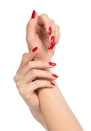 Vrouw handen met gemanicuurde nagels rode geïsoleerd op een witte. Huid en nagels zorgconcept