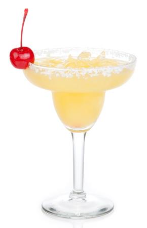 coctel margarita: Amarillo cóctel margarita con la cereza roja en frío de sal de cristal bordeada de tequila hielo picado en vidrio de cócteles aislado en fondo blanco Foto de archivo