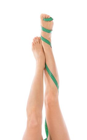 cintas metricas: Cadera, piernas y cinta métrica en el concepto de control de pérdida de peso de la mujer liposucción celulitis mano aislados sobre fondo blanco