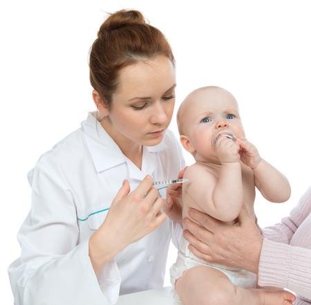 inyeccion intramuscular: Los médicos la mano con la jeringuilla vacunar contra la gripe bebé niño tiro inyección aislado en un fondo blanco
