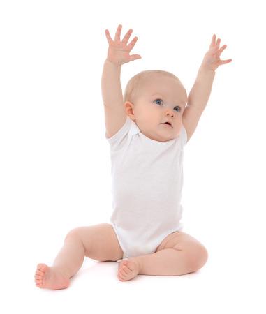 Infant kindbaby peuterzitting handen omhoog geïsoleerd op een witte achtergrond Stockfoto