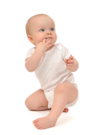 Pasgeborene kind kindje peuter zitten of probeert op te staan en het eten van de vingers die op een witte achtergrond