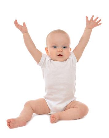 bebes: Niño infantil del niño del bebé sentado manos arriba aislados en un fondo blanco