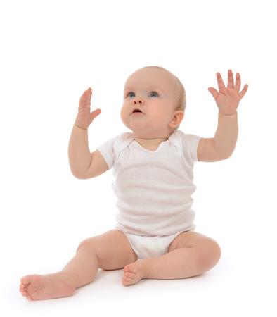Baby kind peuter zitten handen omhoog geïsoleerd op een witte achtergrond Stockfoto - 31618476