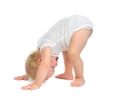 Kind kind peuter van gelukkig lachend met hand en proberen te tuimelen geïsoleerd op een witte achtergrond Stockfoto - 32676999