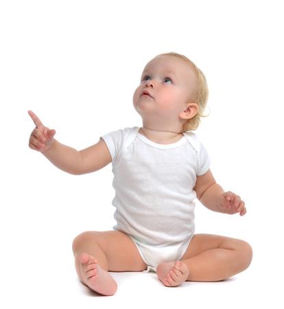 Infant kind kindje peuterzitting raise hand omhoog wijzende vinger geïsoleerd op een witte achtergrond Stockfoto