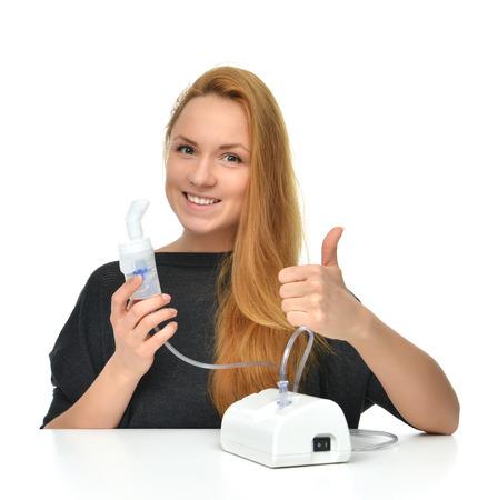 呼吸の吸入器、白い背景で隔離の喘息治療の噴霧器を使用して若い女性