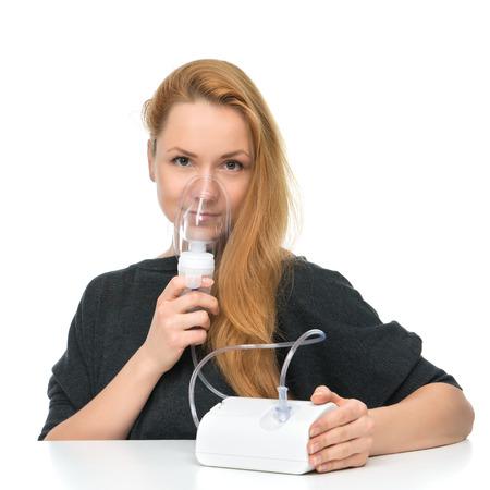 oxigeno: Mujer joven que usa la m�scara nebulizador para inhalador respiratoria Tratamiento del Asma aislado en un fondo blanco Foto de archivo