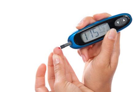 Diabetes patiënt meten glucose niveau bloedtest geïsoleerd op een witte achtergrond Stockfoto