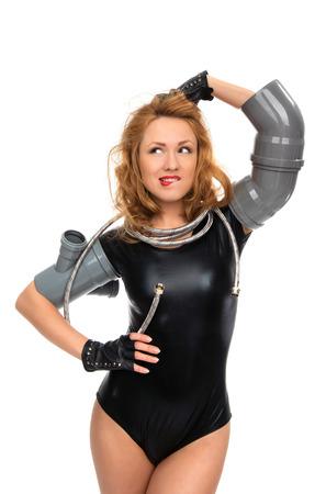 manguera: Joven fontanero sexy trabajador contructor feliz de pie con accesorios de drenaje de alcantarillado tubo de desagüe sanitario y manguera de agua aisladas sobre un fondo blanco