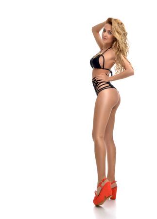 completos: Cuerpo joven rubia mujer rusa hermosa atractiva posando en bikini moderno negro swimsuite aislado en un fondo blanco Foto de archivo
