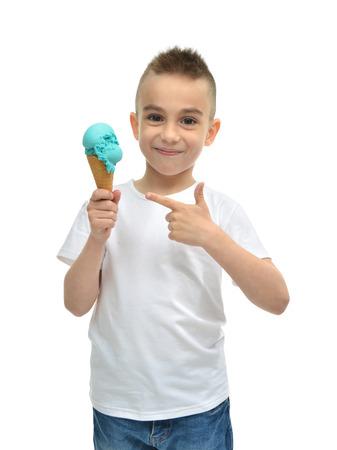ワッフル コーンが白い背景で隔離の青いアイスクリーム ドンドゥルマを持って幸せな男の子