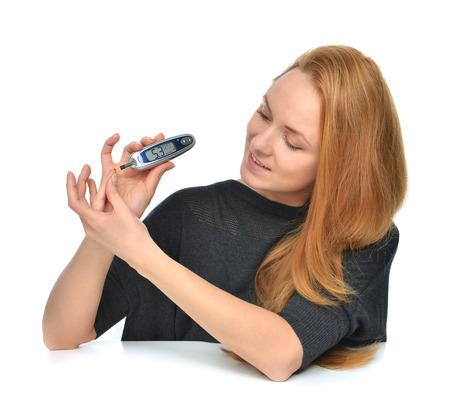 diabetes: Diabetic prueba de medición paciente glucosa nivel mediante glucómetro mini ultra y pequeña gota de sangre de tiras de prueba y dedo aislado en un fondo blanco