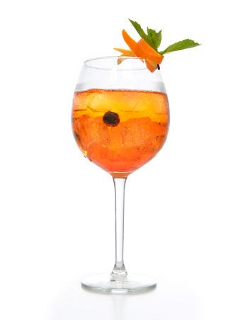 ice crushed: Oranje margarita cocktail met vruchten en wodka met gemalen ijs groene munt in groot glas wijn op een witte achtergrond