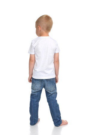 niño de pie: Vista trasera del caucásico cuerpo completo americano chico niño en camiseta y pantalones vaqueros de pie aislado en un fondo blanco