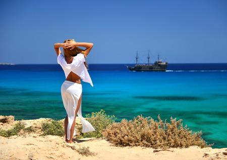 afrodita: Trasera Mujer wiev mirando el mar Mediterráneo azul en Chipre desde la parte de atrás Foto de archivo