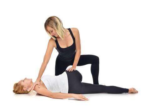 fisioterapia: M�dico fisioterapeuta estirar una joven deporte aislado en un fondo blanco Foto de archivo