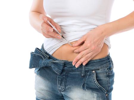 vientre femenino: Insulina paciente Diabetes disparo de jeringa con dosis de Lantus, la vacunación subcutánea del abdomen aislado en un fondo blanco Foto de archivo