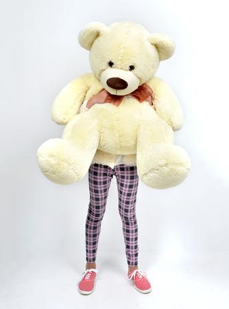 oso blanco: Joven hermosa adolescente feliz abrazando gran oso de peluche en lugar de cabeza en el fondo blanco Foto de archivo