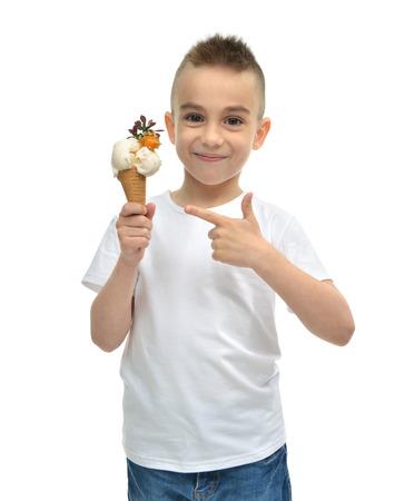Feliz Bebé que sostiene helado de vainilla dondurma en gofres cono aislado en un fondo blanco Foto de archivo - 45345068
