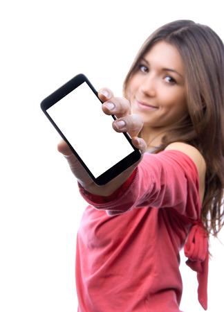 若い女性では、空白の画面と白の背景に笑みを浮かべて携帯電話の表示します。携帯電話を持つ手に集中します。