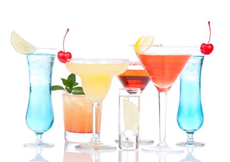 Populaire alcoholische cocktails drinkt gele margarita kersen blauwe curacao en tropische citroen Martini op een witte achtergrond Stockfoto