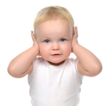 Baby kind peuter vergadering wordt haar handen over de oren en hoort niets dat op een witte achtergrond Stockfoto - 45605159