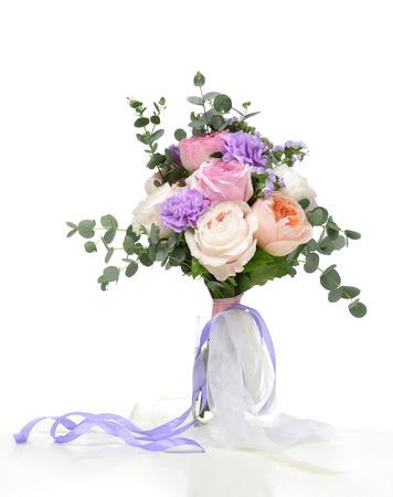 arreglo floral: Hermoso ramo de rosas de color rosa brillantes blancas flores de color púrpura con hojas verdes sobre fondo blanco