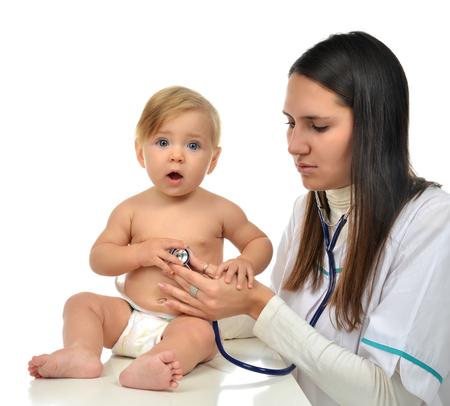 ragazza malata: Medico o infermiera auscultating bambino bebè cuore paziente con stetoscopio terapia fisica closeup composizione su uno sfondo bianco