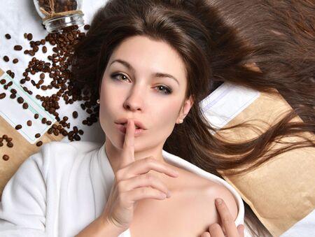 productos naturales: Hermoso retrato de sensual signo tss modelo europeo mujer joven con café y rústico bolsas de acostarse Foto de archivo