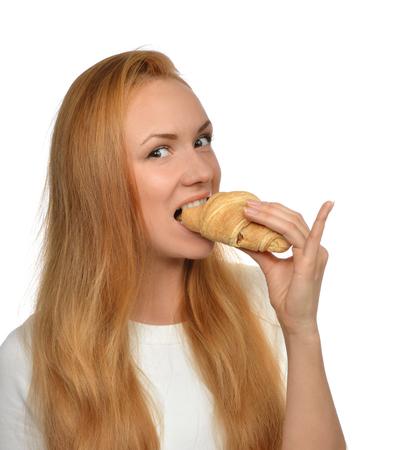 comiendo pan: La mujer disfruta de croissant dulce. Insalubres concepto postre comida chatarra aislado en un fondo blanco
