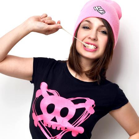 Close-up grappige mode portret van vrolijke vrouw met kauwgom in heet roze partij hoed op een witte achtergrond Stockfoto